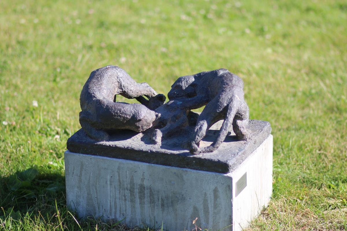 """Skulptur i bronse av to pantere med et bytte som deles. Tittel: """"Byttet deles""""."""