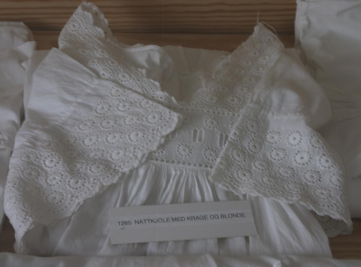 """Nattkjole med krage og blonde. Sydd av """"Janna i Kilen"""" i følge Borghild Hellekjær."""