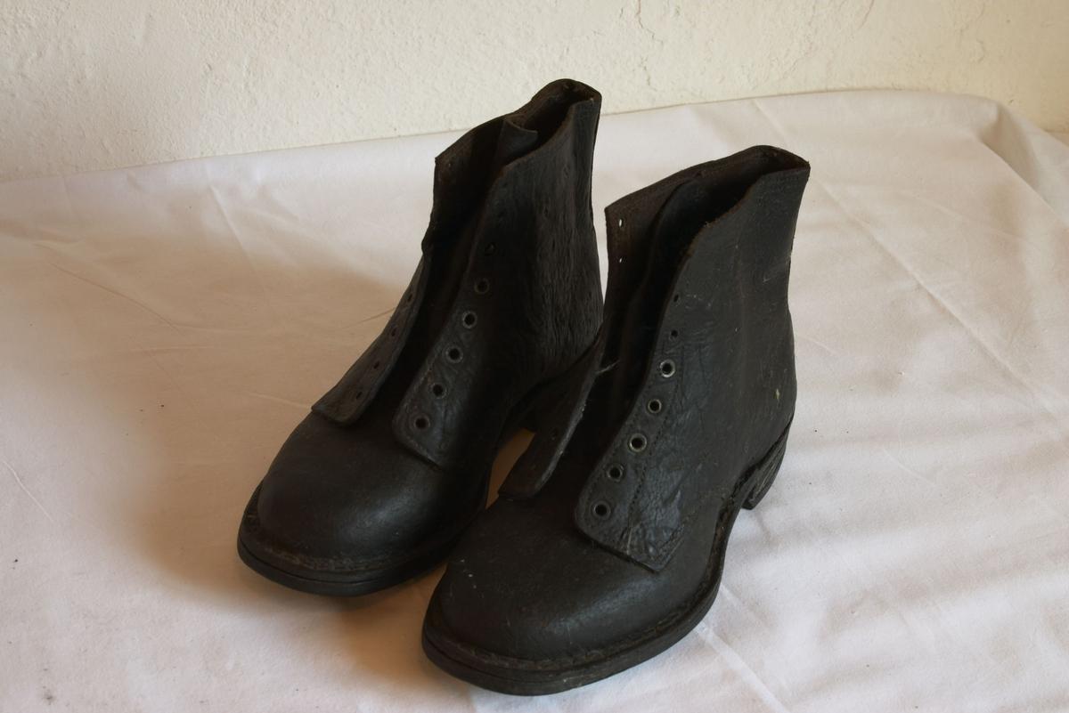 C: En form for bekstøvler tynt lær. Snøring og pløss framme, størrelse ca. 37