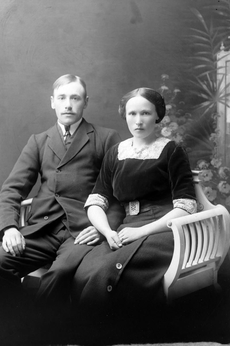 Studioportrett i helfigur av ekteparet Birgitte og Konrad Lauritsen.