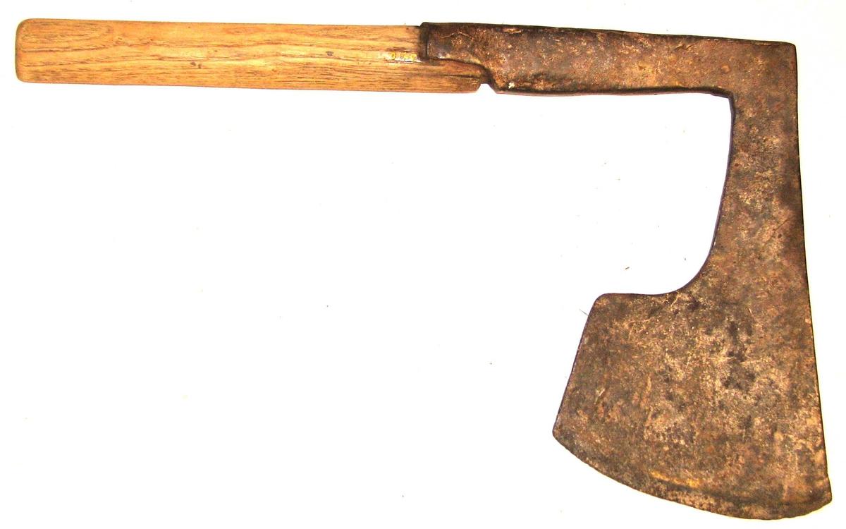 Form: Av asketre. Gåve frå Ivar Offerdal, Feios