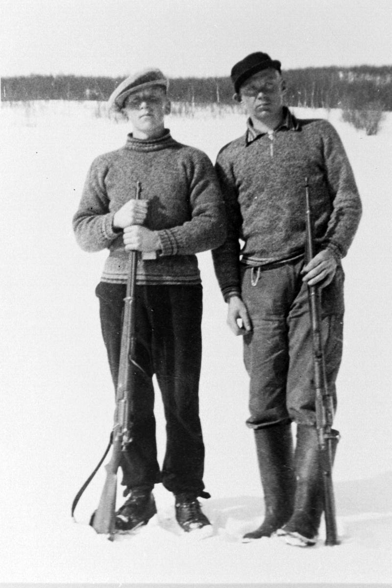 Einar Fredriksen og hans søskenbarn poserer utendørs med geværer.