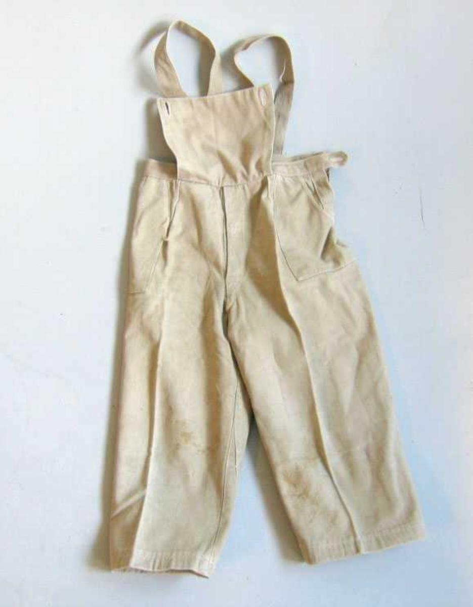 Form: Bukse med smekke, seler og to lommer