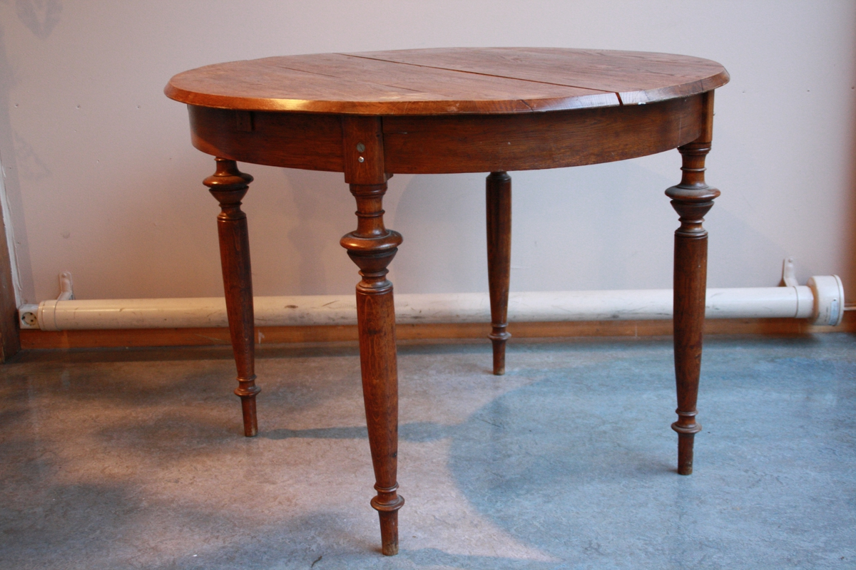 Rundt bord. Mogleg å legge inn klaff. Klaff manglar. Tre av fire bordbein er festa i ettertid med skruer. Bordet er ustøtt. Bordet er beisa.