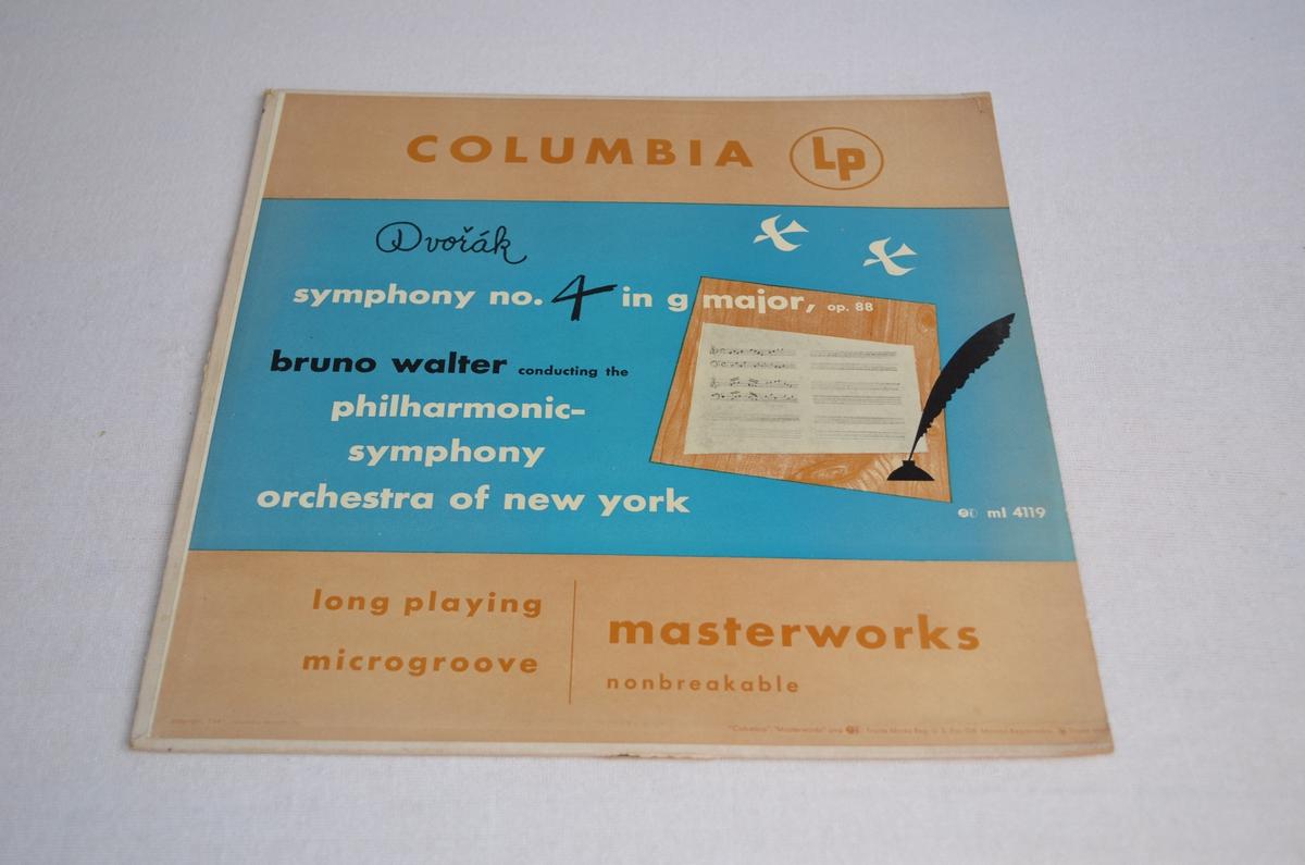 Grammofonplate med etui i papp. På pappetuiet er det bilete av eit noteark og ein fjærpenn.