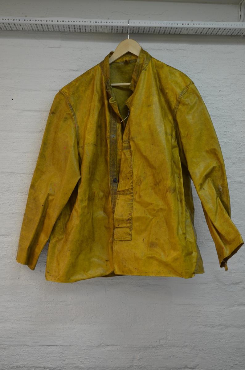 e38ee333 Gul jakke frå Helly Hansen. Den er laga av oljelerret og bærer perg av å