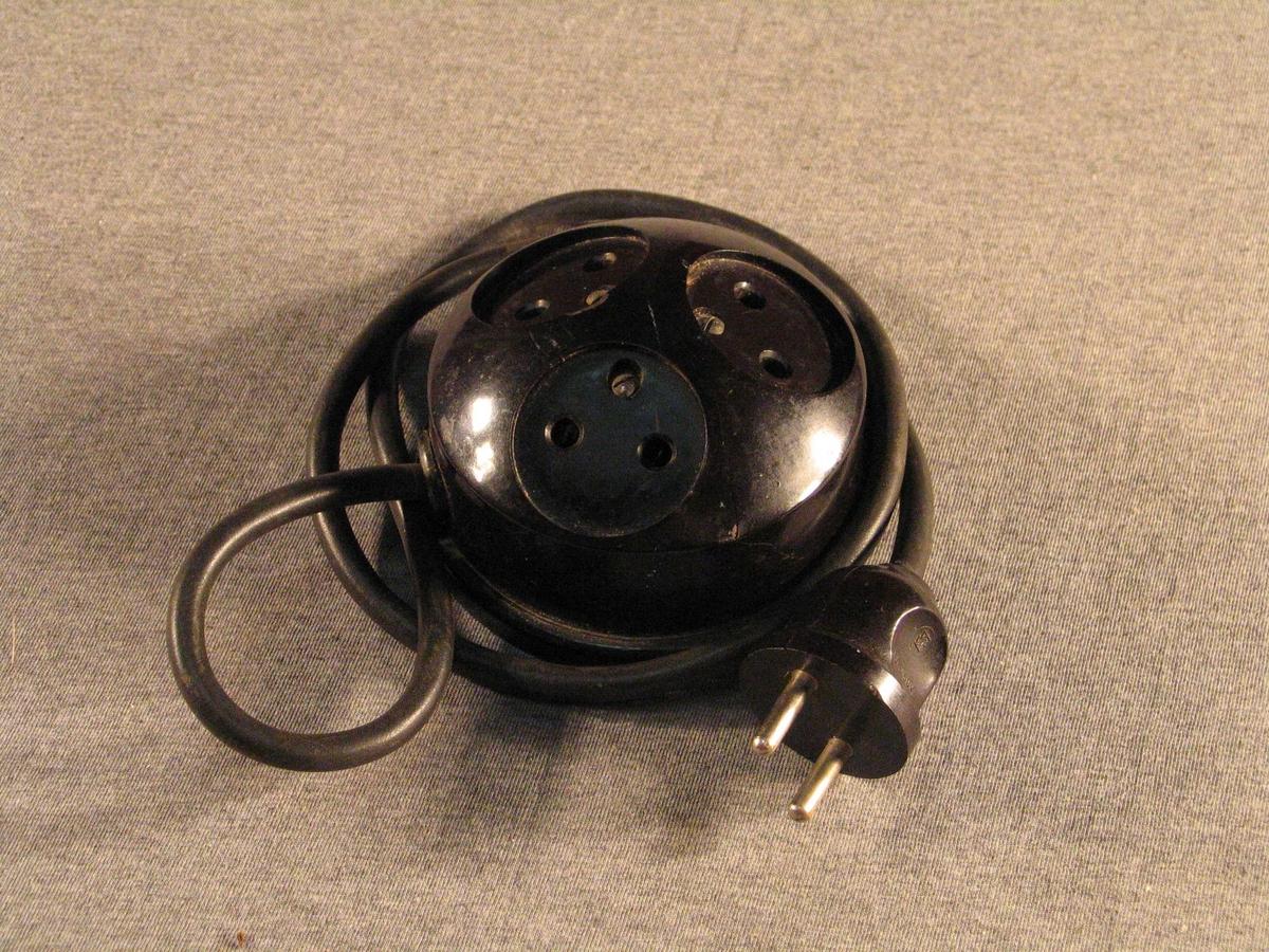Kort skøyteledning der straumfordeleren er halvkuleforma og har 3 uttak.