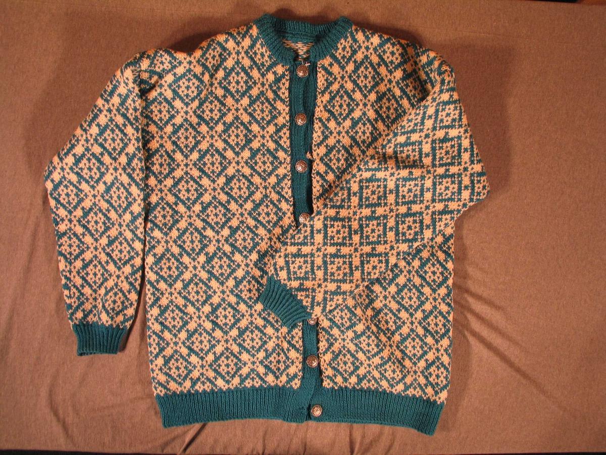 Mønster som utgjer diagonale fyllte ruter over heile jakka.