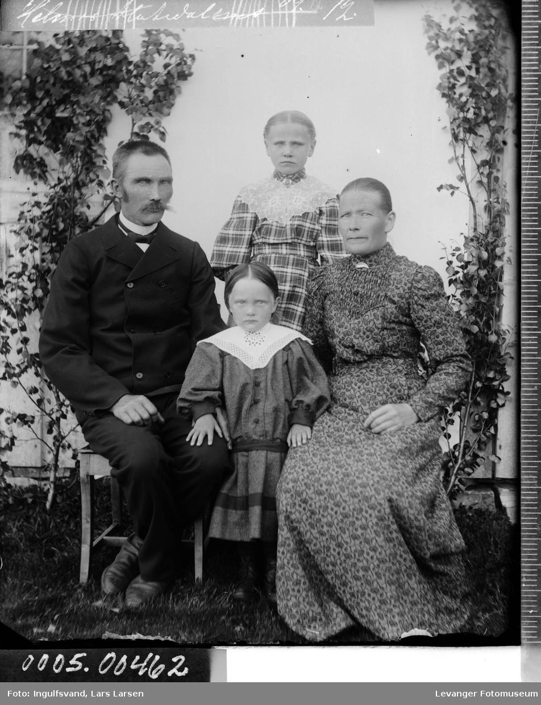 Gruppebilde av en mann og kvinne, en ung kvinne og ei jente