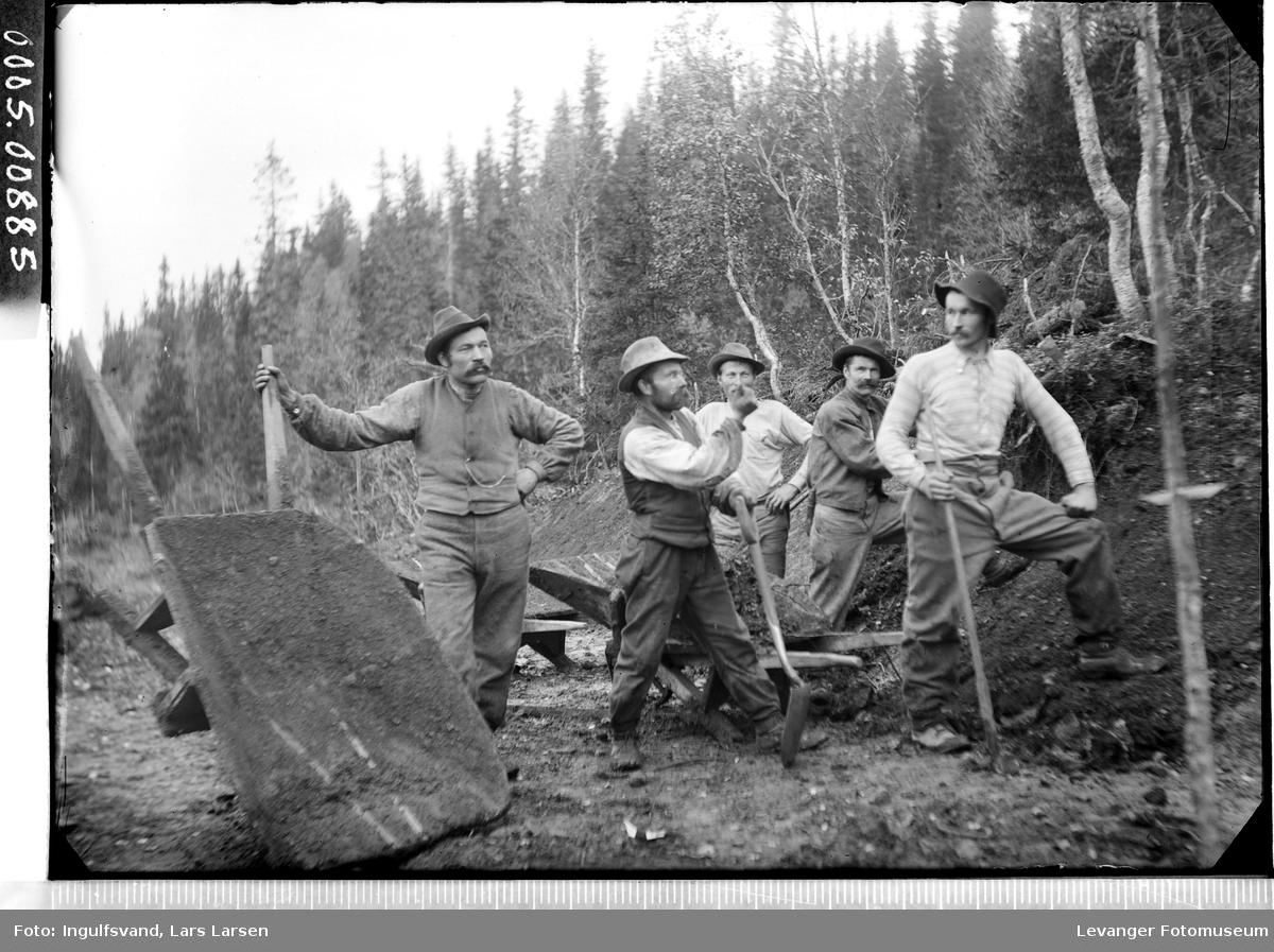 Gruppebilde av fem vegarbeidere.