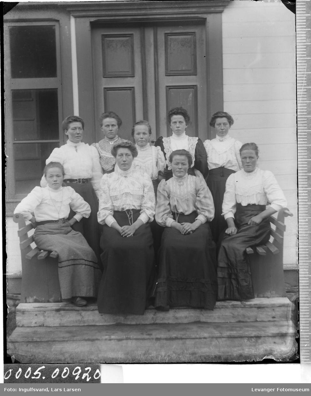 Gruppebilde av ni kvinner.