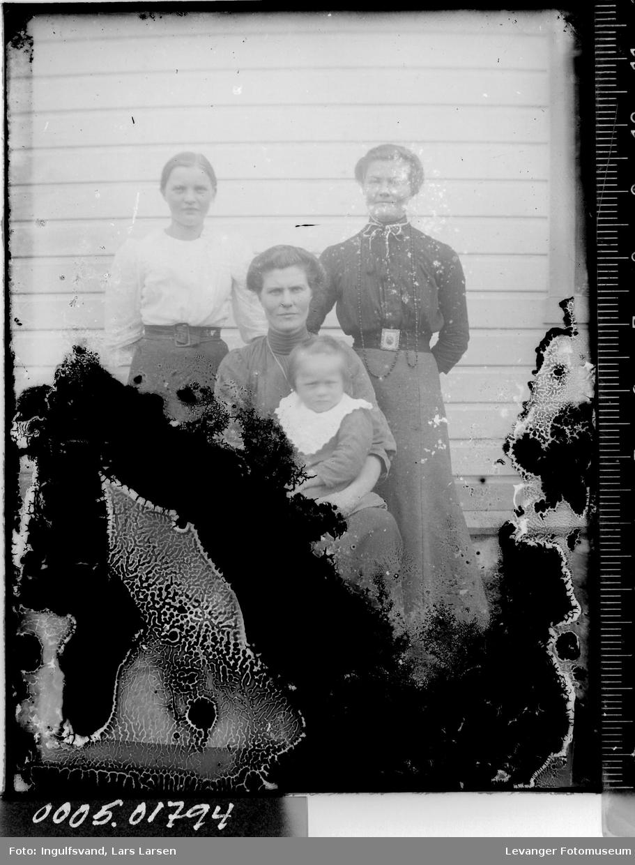 Portrett av tre kvinner og et barn.