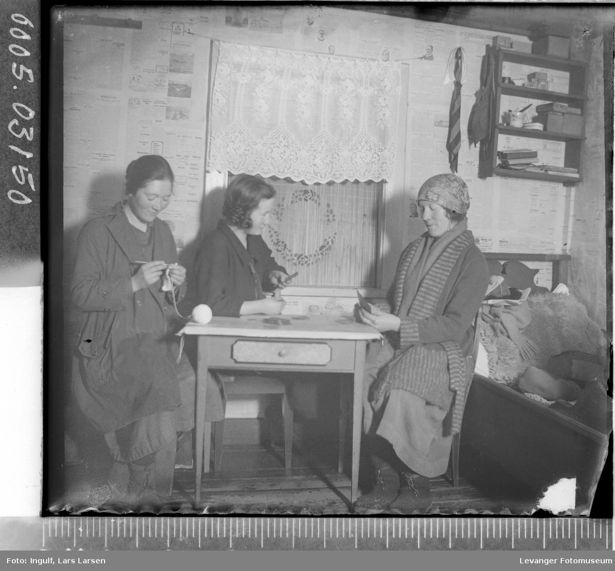 Gruppebilde av tre kvinner rundt et bord.