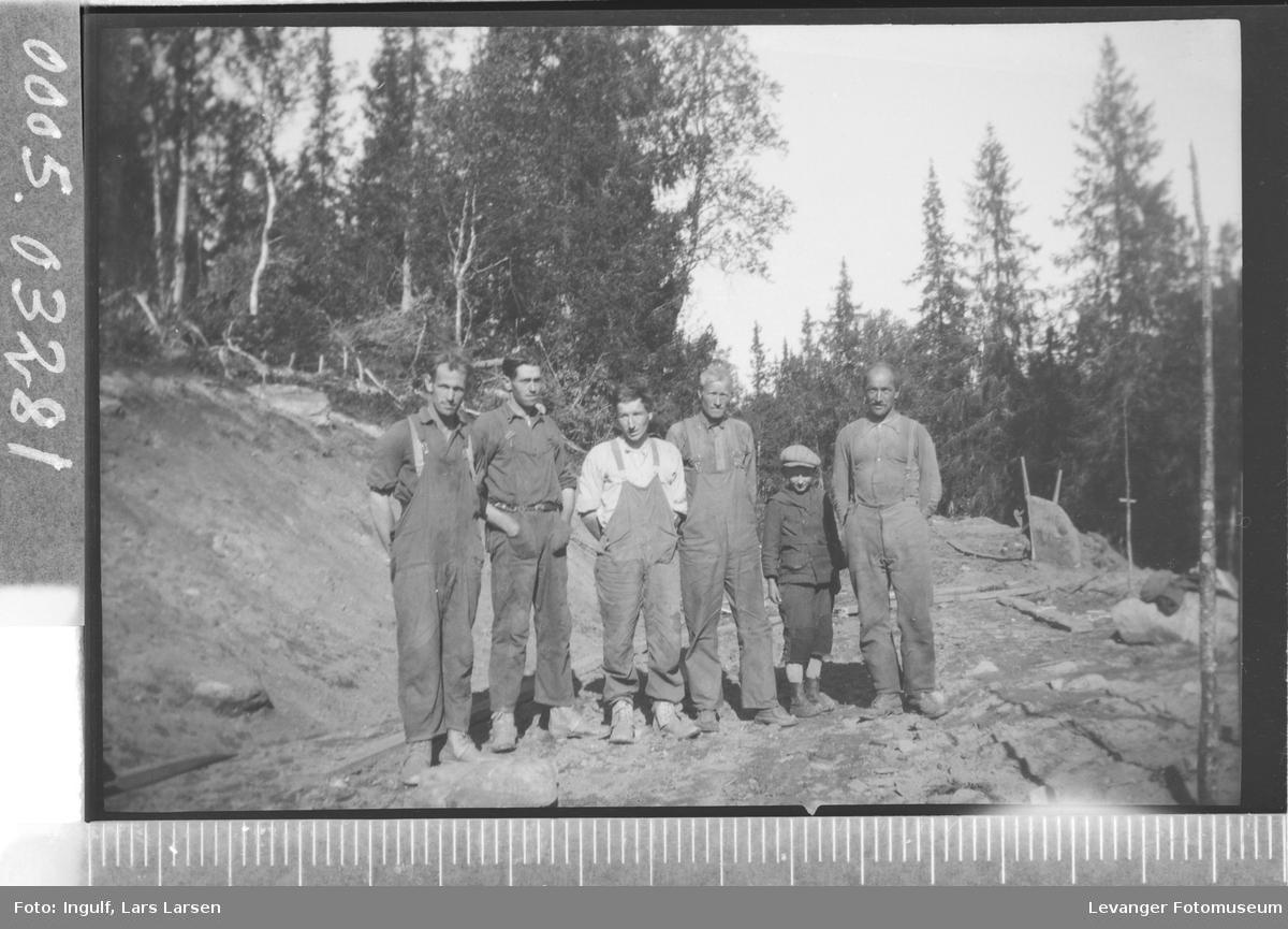 Gruppebilde av fem vegarbeidere og en gutt.