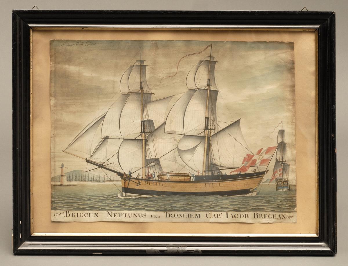 Fartøyet Neptunus av Trondhjem med fulle seil fra to vinkler. Fartøyet er satt mot et havnelandskap med et fyrtårn på venstre side.