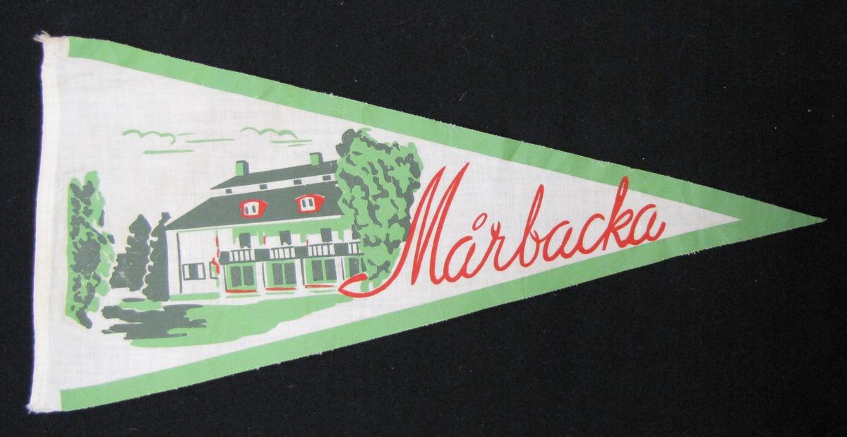 Cykelvimpel från Mårbacka. Motivet är tryckt  med motiv av huset.  Vimpeln ingår i en samling av 103 stycken.