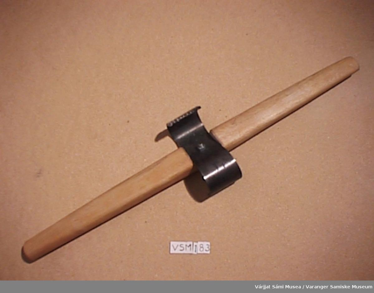 Jiehkku - Skinnskrape av jern, klinket fast i trehåndtak.