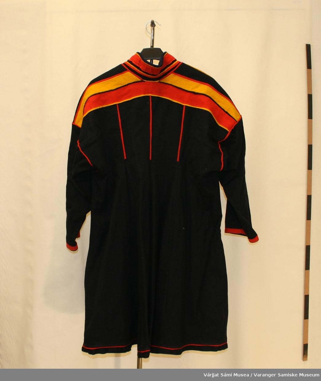 En herrekofte i sort klede. Kofta er fra Tanadalen, Polmak. Kofta har en rød smal kledestripe nederst. Dette brukes ikke i dag på Polmak kofter. Kofta kan også være fra Utsjok. Halsen er sydd i blått klede.
