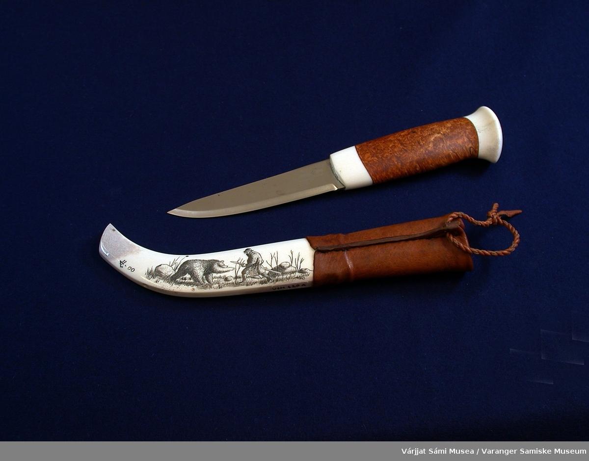 Kniv med slire og saltflaske laget av Håvard Larsen fra Storsteinnes i Troms.  Begge gjenstandene er innkjøpt fra VSMs duodjikonkurranse år 2000.  VSM.620-1 Kniv m/slire av reinhorn, masurbjørk og reinskinn. Knappen på skaftet og nedre del av skaftet (nærmest knivbladet) er av horn, resten av skaftet er av masurbjørk. Sliras nedre del (J-formet) er av horn, øvre del av skinn med en hempe øverst til å henge i beltet. Horndelen av slira er dekorert m/inngravering som er smurt inn med et fargestoff, muligens sot og et fettstoff.  VSM.620-2 Saltflaske av masurbjørk, horn og skinn. I fronten av flasken er det felt inn horndekorasjon som er gravert og smurt inn med et fargestoff. På toppen av korka og munningen av flaska (tuten) er det også reinhorn. Det er festet en tvunnet skinnsnor til skuldrene av flaska.