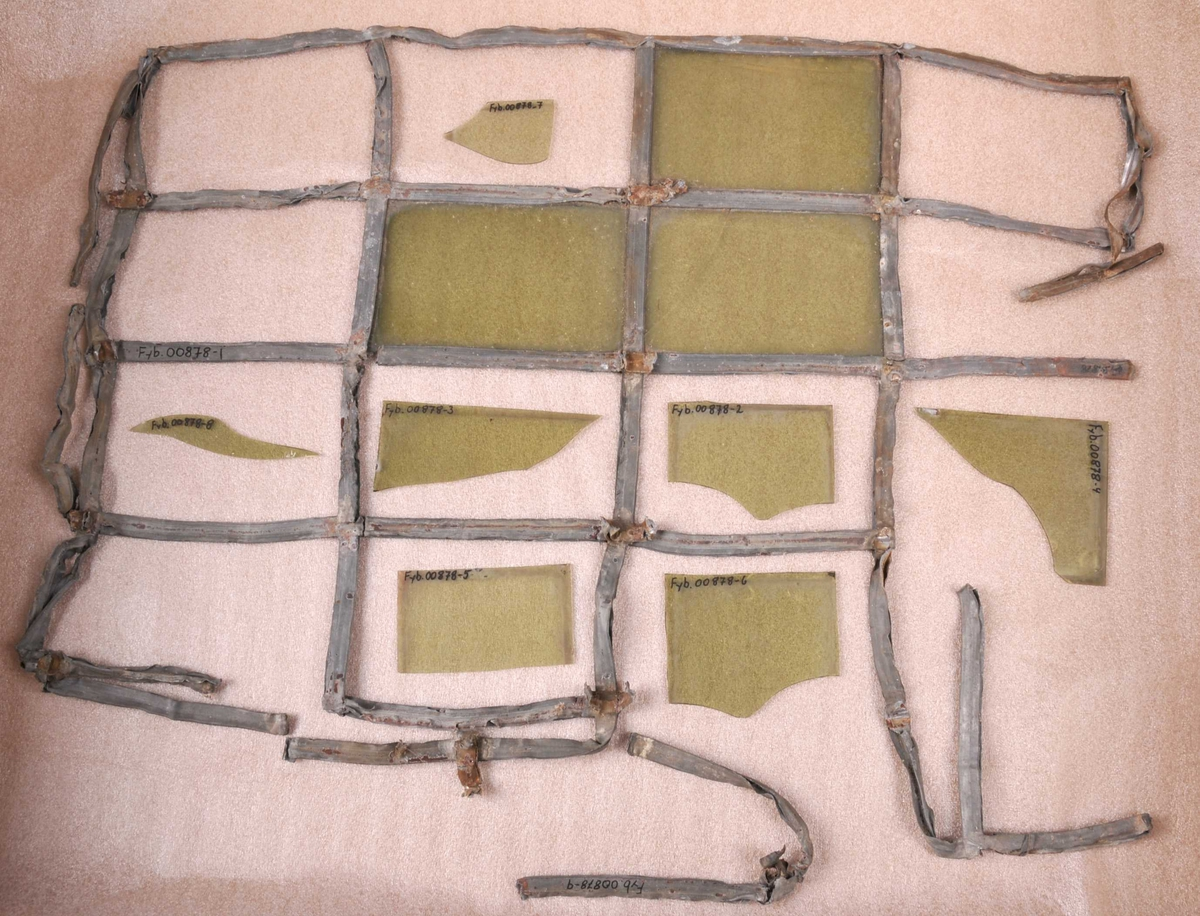Ein god del sprosser er borte, bøygde eller knekte. Bare tre ruter har framleis glas. Av desse er ei knekt. Sju glasbitar av ulik storleik og ein del  av ei blysprosse fylgjer lause med.