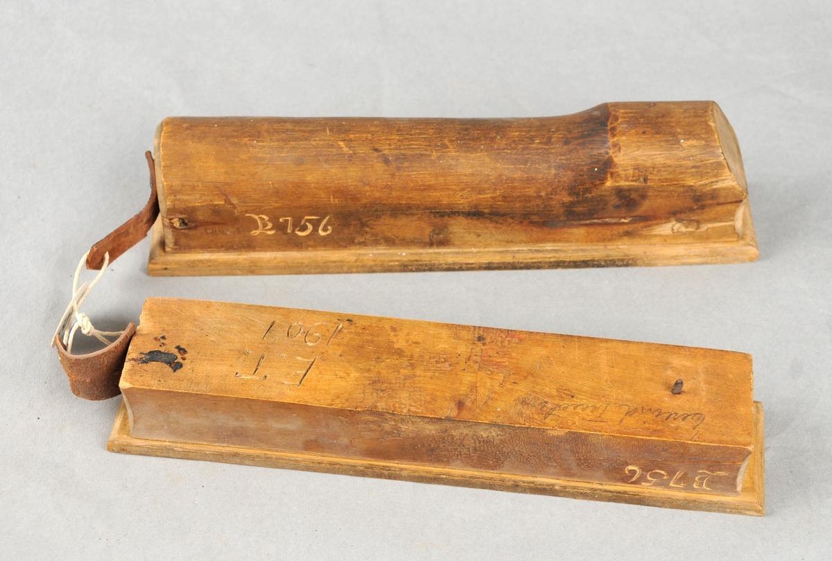 To fjøler, den eine med handtak i eine enden. Fjølene er av bjørk med skoning av ask. Fjølene er merka med bokstavane: E.T. 1907. (Eivind Tveiten).