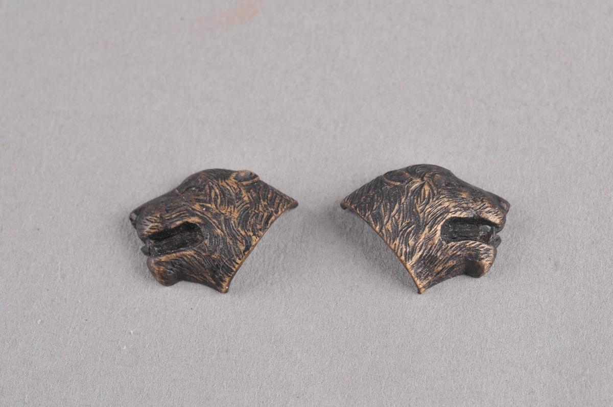 To modell-delar, ein til høgre og ein til venstre del av bjørnehovud. Skorene ut i tre.