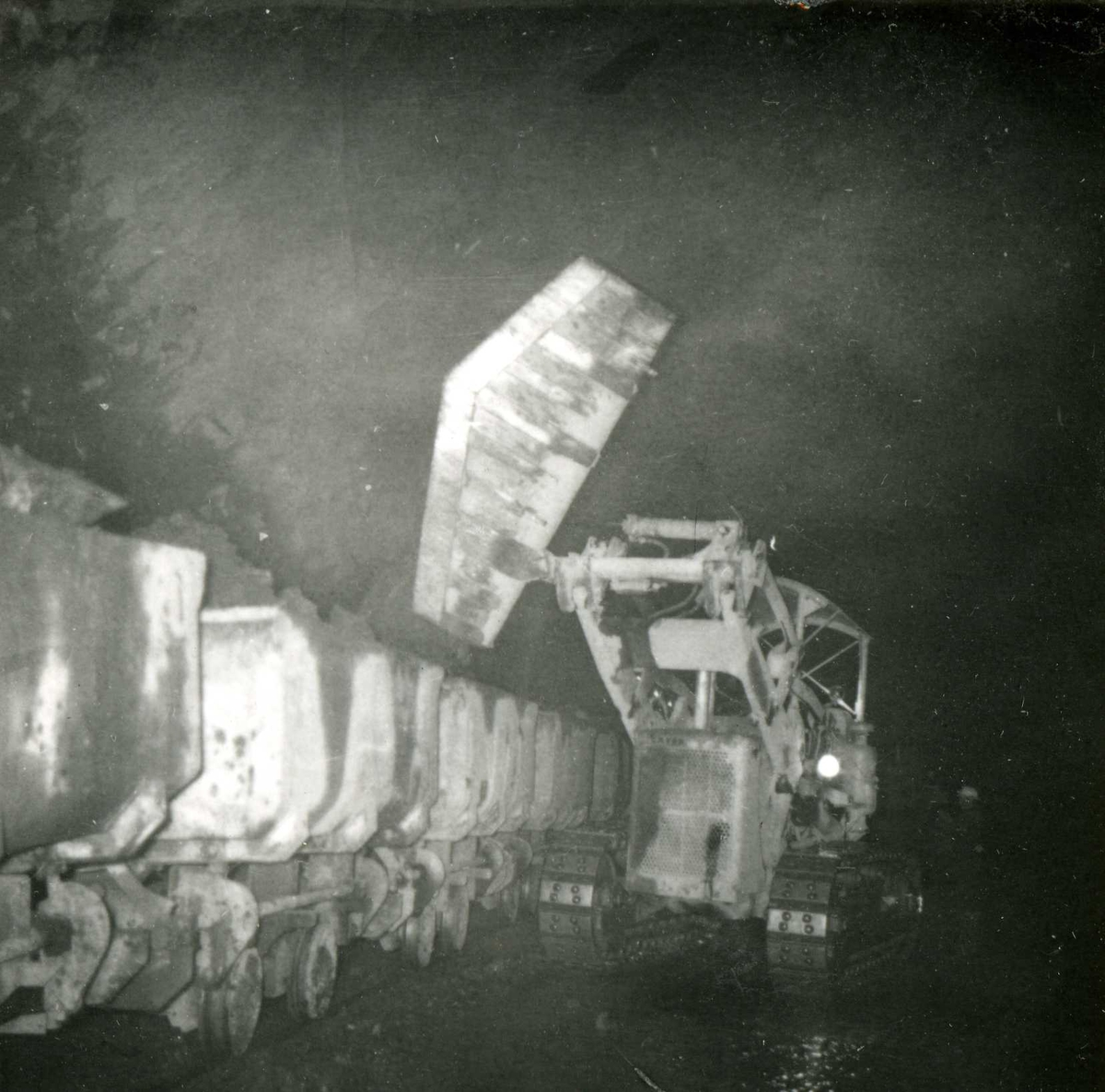 Tilløpstunnel frå Vesås. Maskinarbeid i tunnel.
