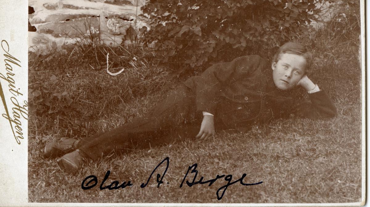 Ung gut, ute. Olav A. Berge