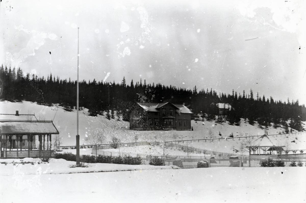 Bygninger og paviljonger med preg av sveitserstil, i snølandskap