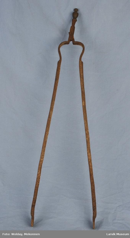 Form: to jernarmer festet m/ nagle i krysset.