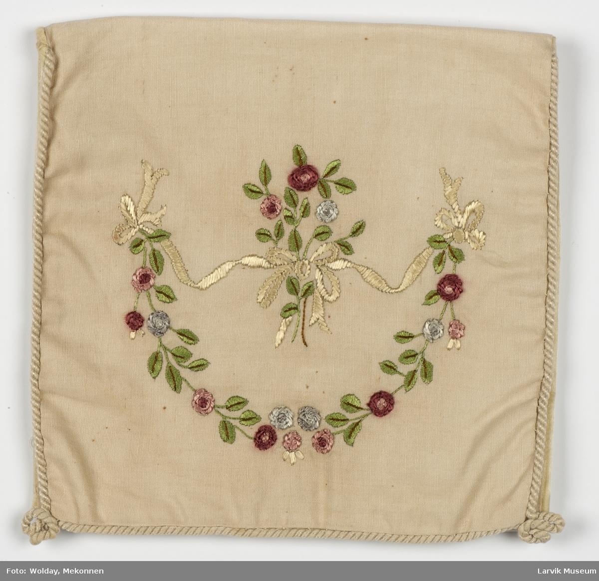 brodert blomsterbukett og ranke i hesteskoform