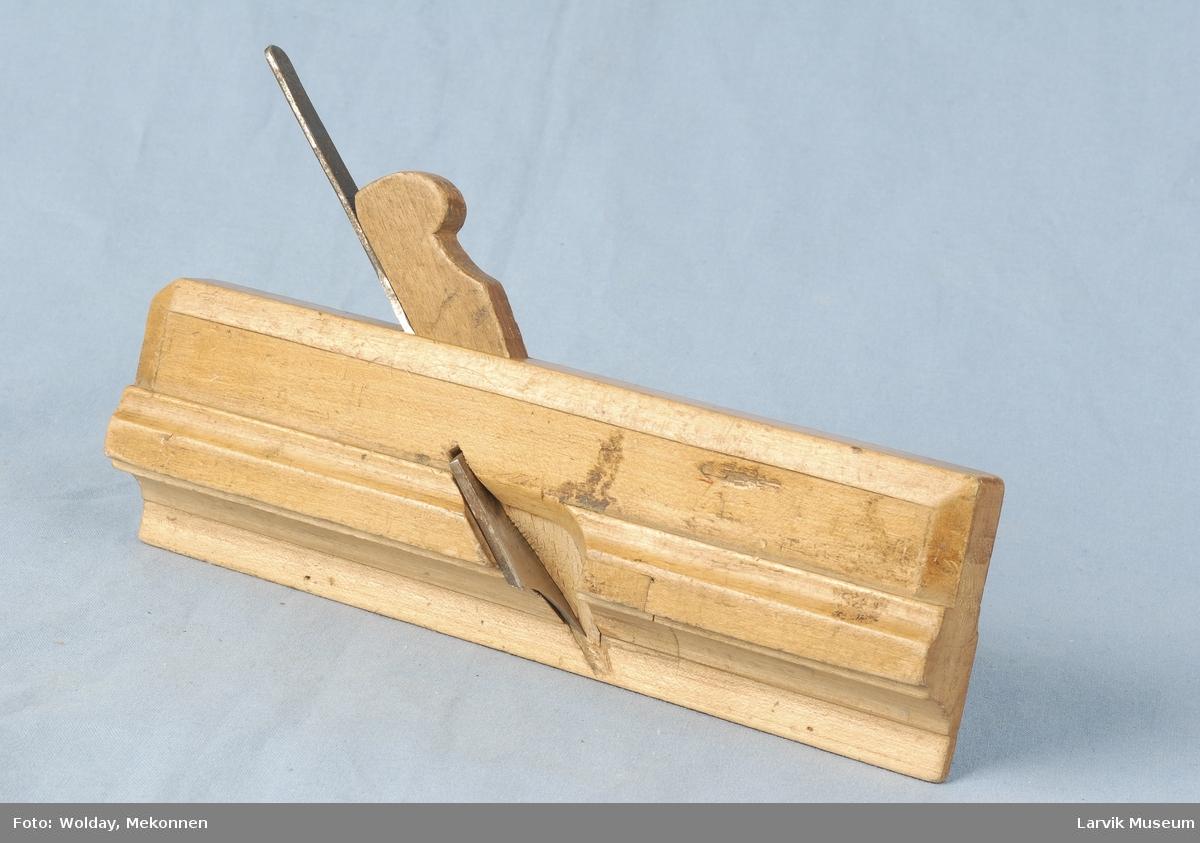 enkel rekt. formet strekdekor på bredsider/topp