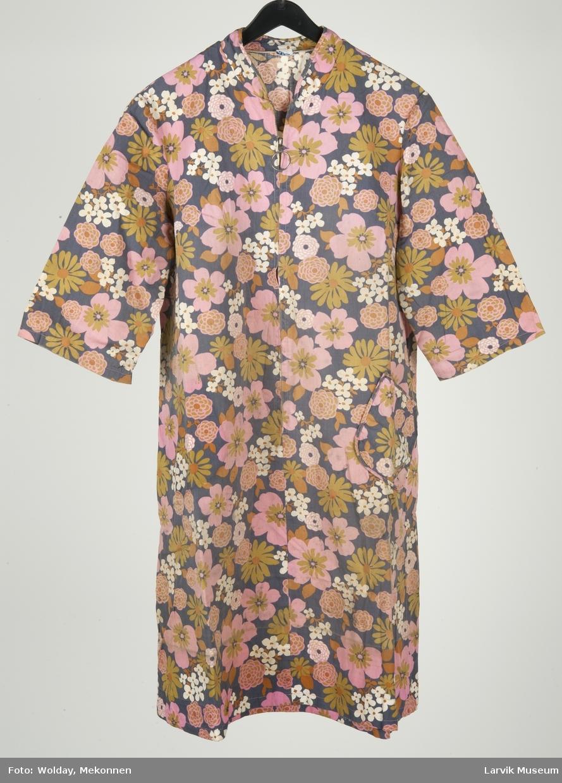 Arbeidsforkle/kjole, blomstret, glidelås og en lomme foran, 3/4 lange ermer, kinakrage