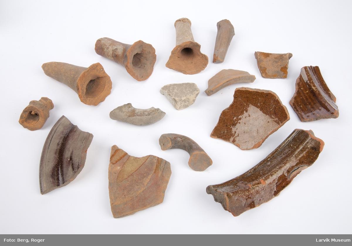 15 stk. keramikkskår, noen er glasert div. farger, noen tilhører stjertepotter