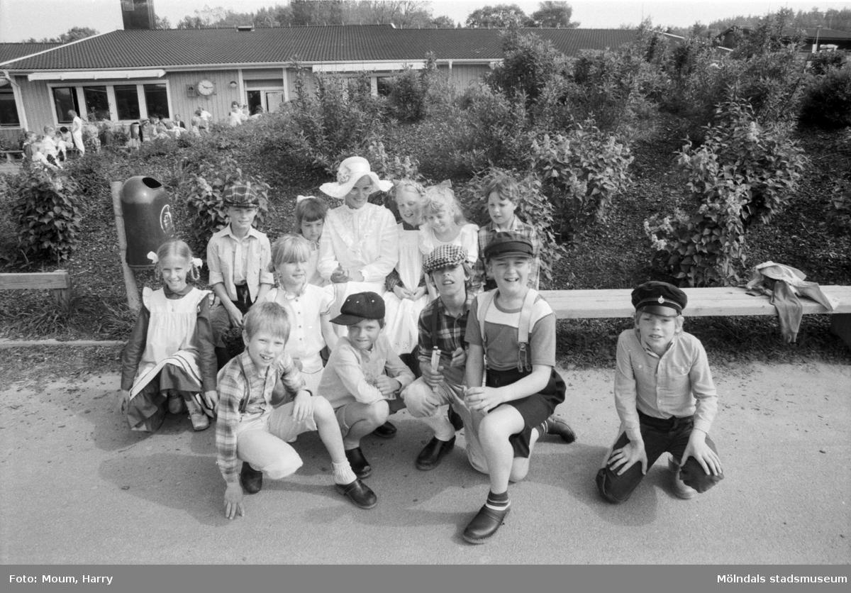 Skolans dag på Liveredsskolan i Kållered, år 1984,  För mer information om bilden se under tilläggsinformation.