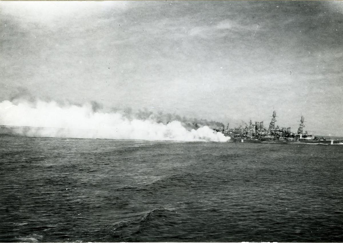 Pansarskeppet Sverige lägger ut dimma.