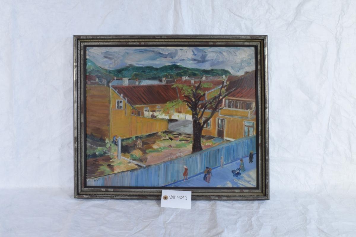 Bildet viser en gårdsplass i en bygård med hage.
