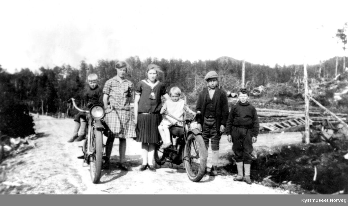 Fra venstre: Kollbjørn Wassås, Helga Wennevik Wassås, Gerd Hammer Lauten, Brynhild Wassås, Hjørund Moen og Oddmund Wassås på småbruket Svanås i Nærøy kommune