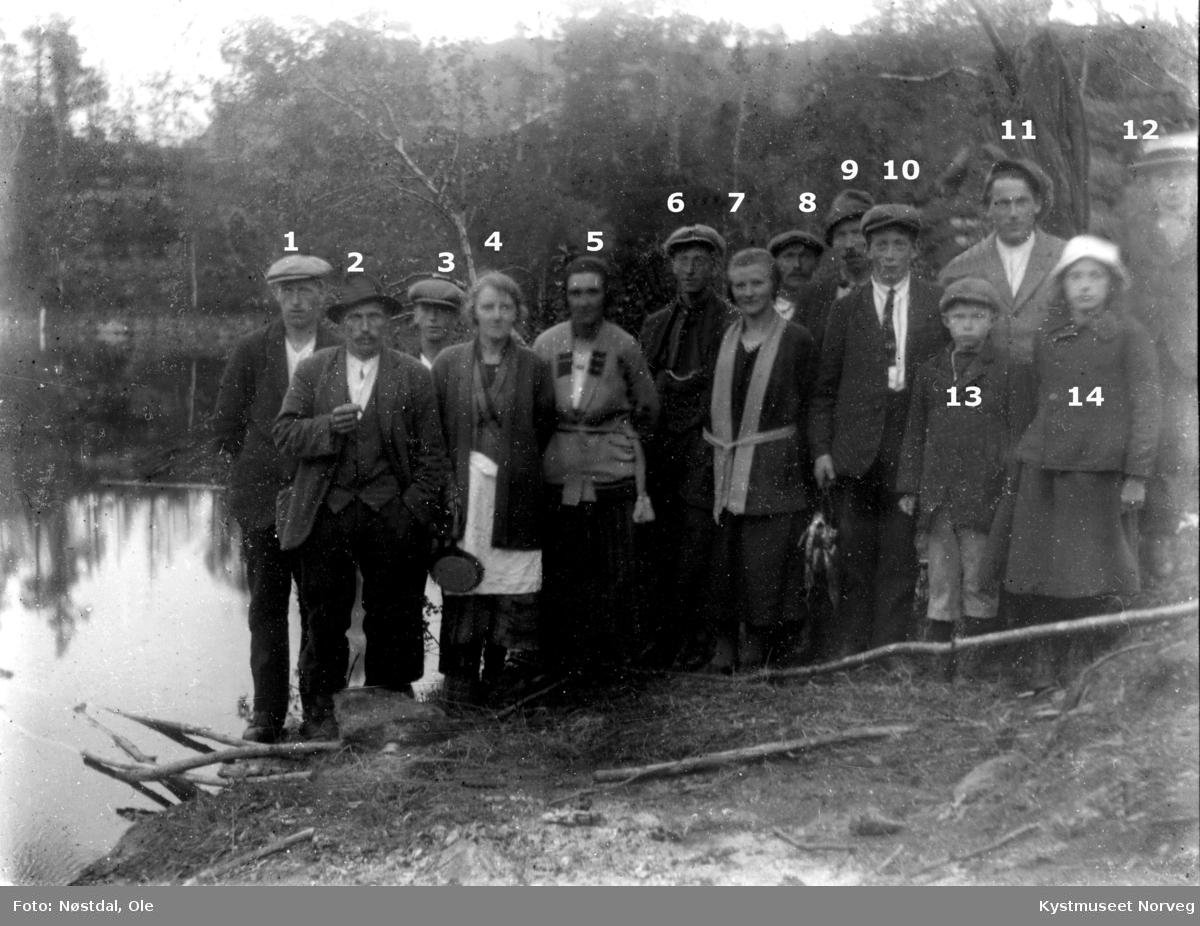 Fisketur til Storvatnet i Nærøy. Nærøy kommune. Fisketur ved Storvatnet i Gravvik. Personer fra venstre: 1. Oskar Kongsvik født 1903, se Nærøyboka, gnr/bnr 95/152. 2. Julian Sagvik, 4. Astrid Sagvik 5. Emelie Nøstdal pikenavn Brandtzæg født 1903, se Nærøyboka,  gnr/bnr 101/4. 6. Neumann Lien født 1899, se Nærøyboka,  gnr/bnr 90/2. 7. Hanna Dølør, se Nærøyboka, gnr/bnr 101/2. 8. Trygve Knoph født 1889, se Nærøyboka, gnr/bnr 90/2. 9. Håkon Bogen. 10. Peder Bergersen født 1899, se Nærøyboka, gnr/bnr 90/2. De øvrige er ukjente. Bildet er tatt jonsok i 1926.