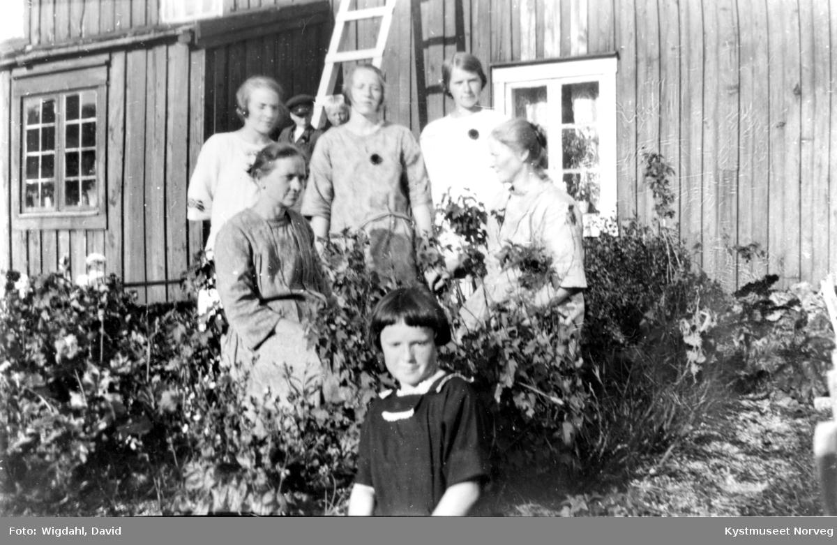 Bak fra venstre: Solveig Valø Kjønsøy, Ida Valø Myhre, Anne Margrete Lund Valø? og Oldine Valø. Foran fra venstre: Charlotte Strøm og helt bakerst Haldor Valø og Birger Ramstad