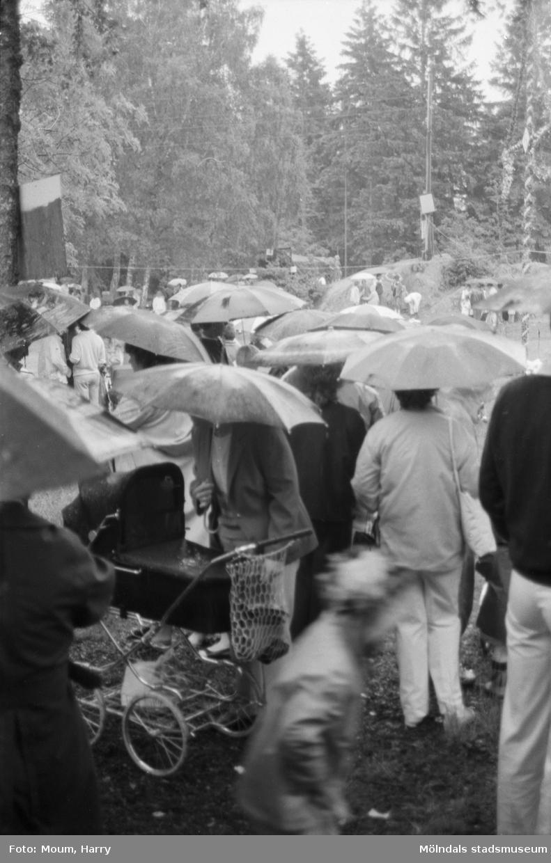 Midsommarfirande på Ekensås i Kållered, år 1984.  För mer information om bilden se under tilläggsinformation.