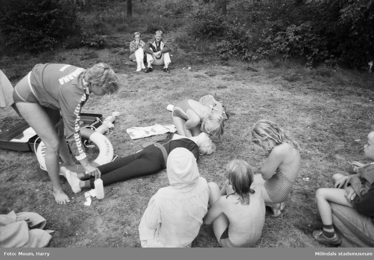 """Livräddningsundervisning vid sjön Horsika i Mölndal, år 1984. """"En docka fick vara """"offer"""" på kursen vid Horsika.""""  För mer information om bilden se under tilläggsinformation."""