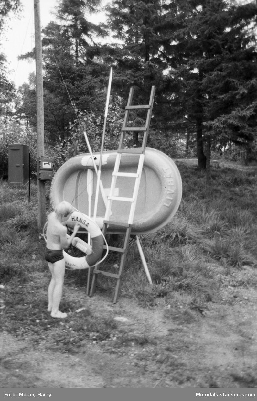 """Livräddningsundervisning vid sjön Horsika i Mölndal, år 1984. """"Det är viktigt att räddningsmaterialet finns på plats.""""  För mer information om bilden se under tilläggsinformation."""