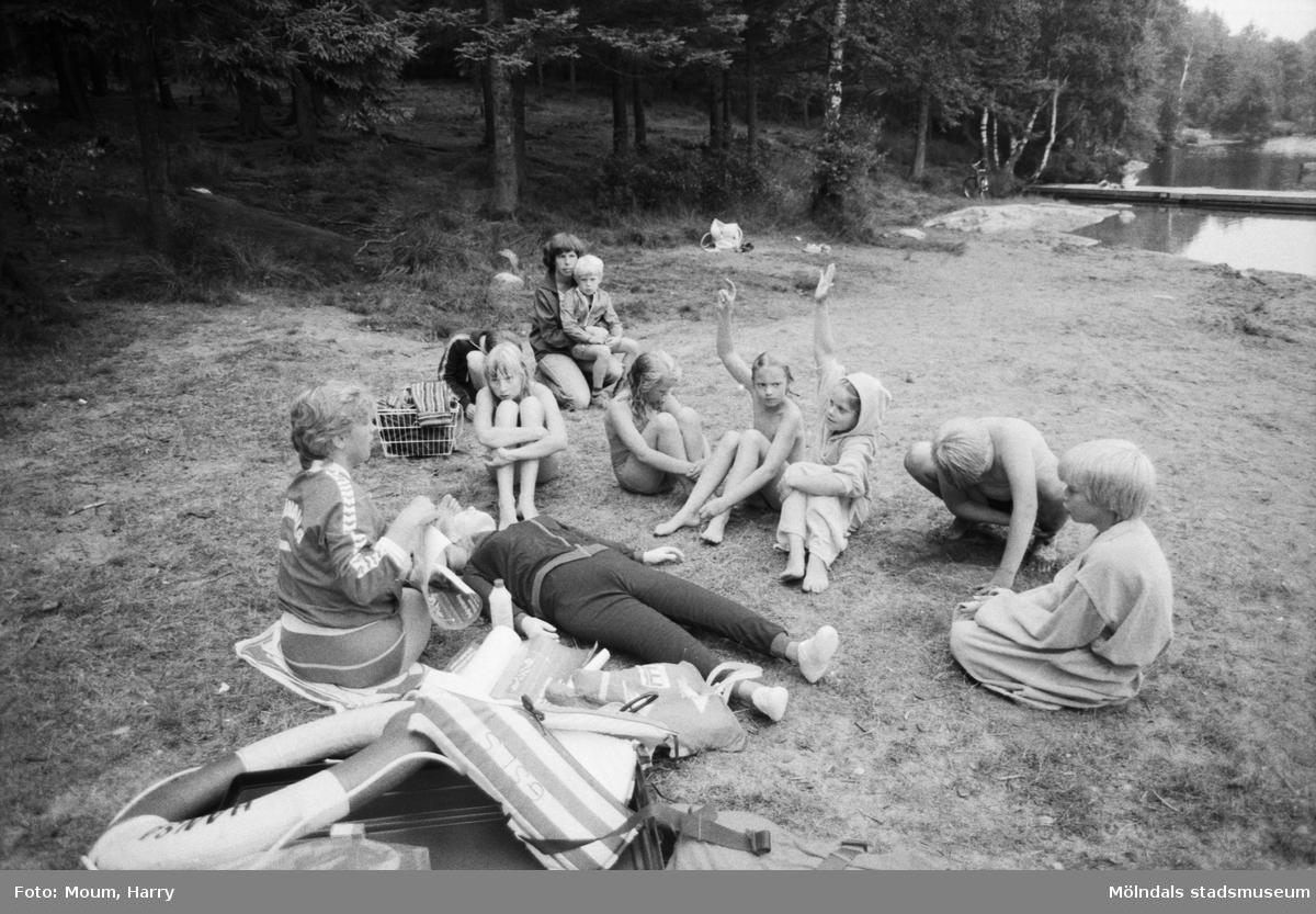 Livräddningsundervisning vid sjön Horsika i Mölndal, år 1984.  För mer information om bilden se under tilläggsinformation.