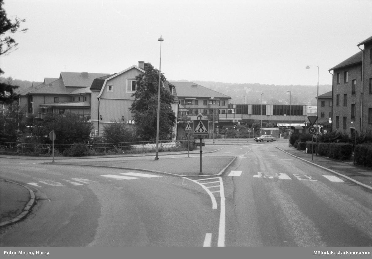 Vy från Frölundagatan mot Järnhandlarerondellen i Mölndal, år 1984. Fotografi taget av Harry Moum, HUM, Mölndals-Posten.
