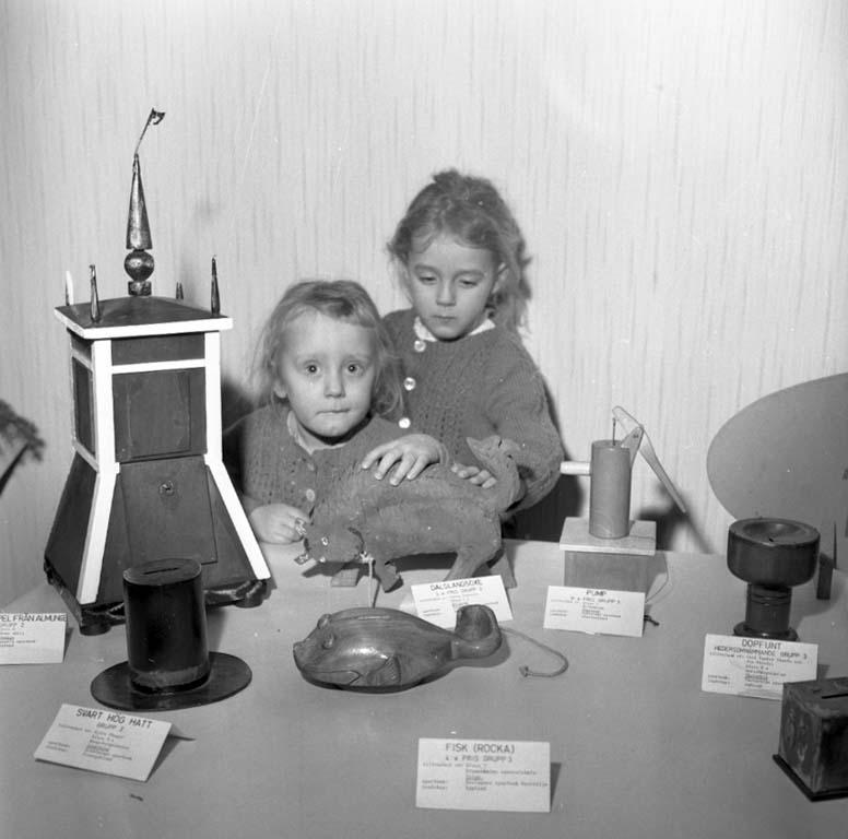 """Enligt notering: """"Utställning av sparbössor 8/2 1960""""."""