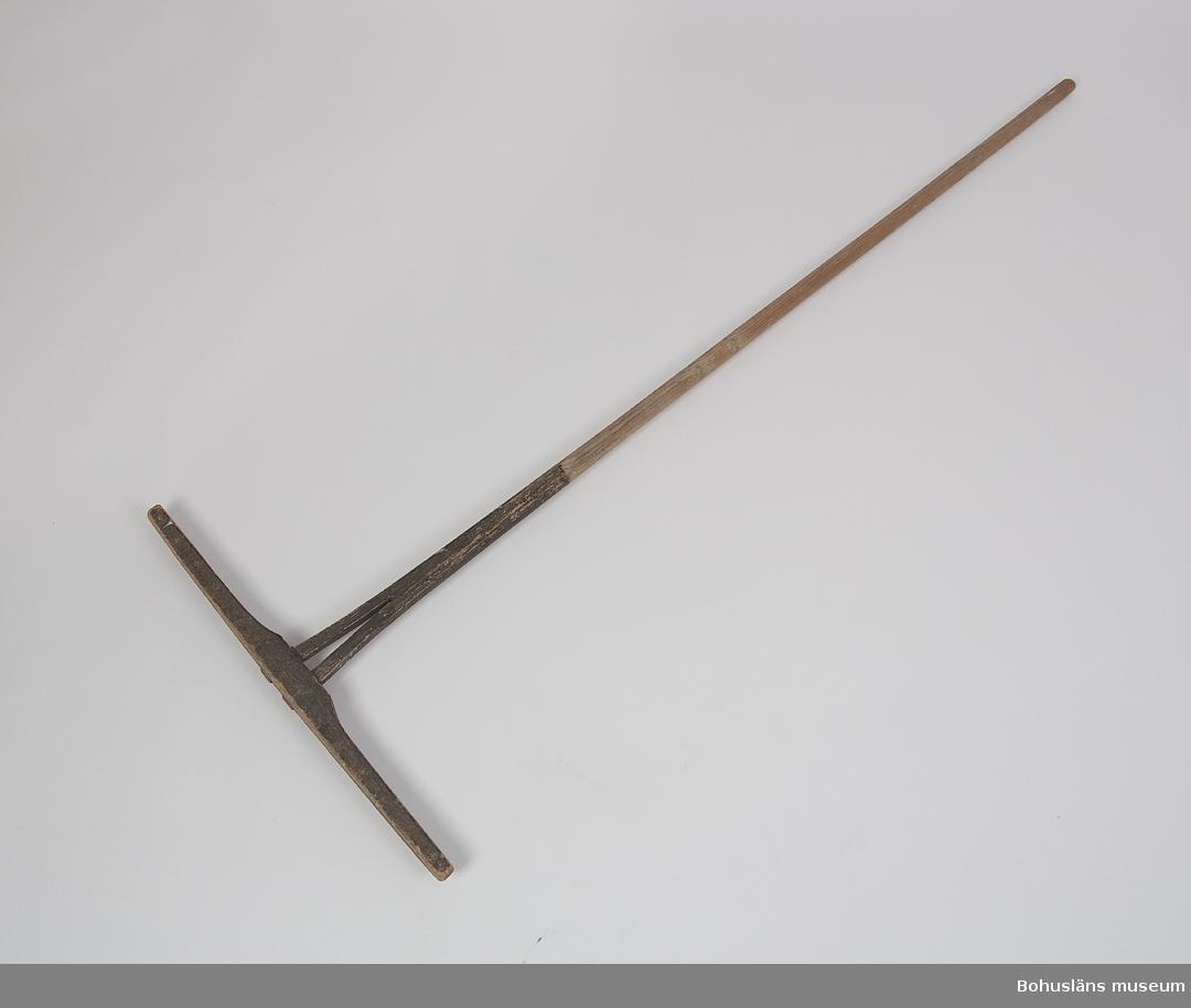 Funktion: Handredskap vid slåtter, räfsning av hö. Tvärslå (huvud) av trä med 15 itappade pinnar. På mitten är det ett långt skaft med rund genomskärning. Två pinnar saknas på mitten.