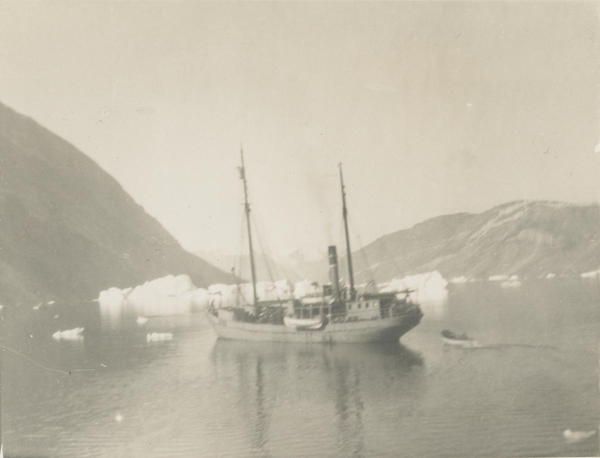 """Seilskuta """"Veslekari"""" ved land på Grønland."""