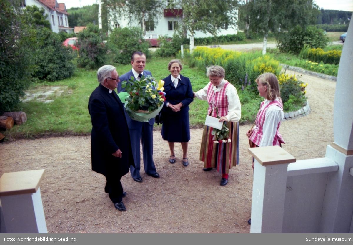 Hedersdoktor Nils August Flodén, 90 år, Lucksta. En stor grupp bilder med födelsedagsfirande, blommor, presenter och massor av gäster.