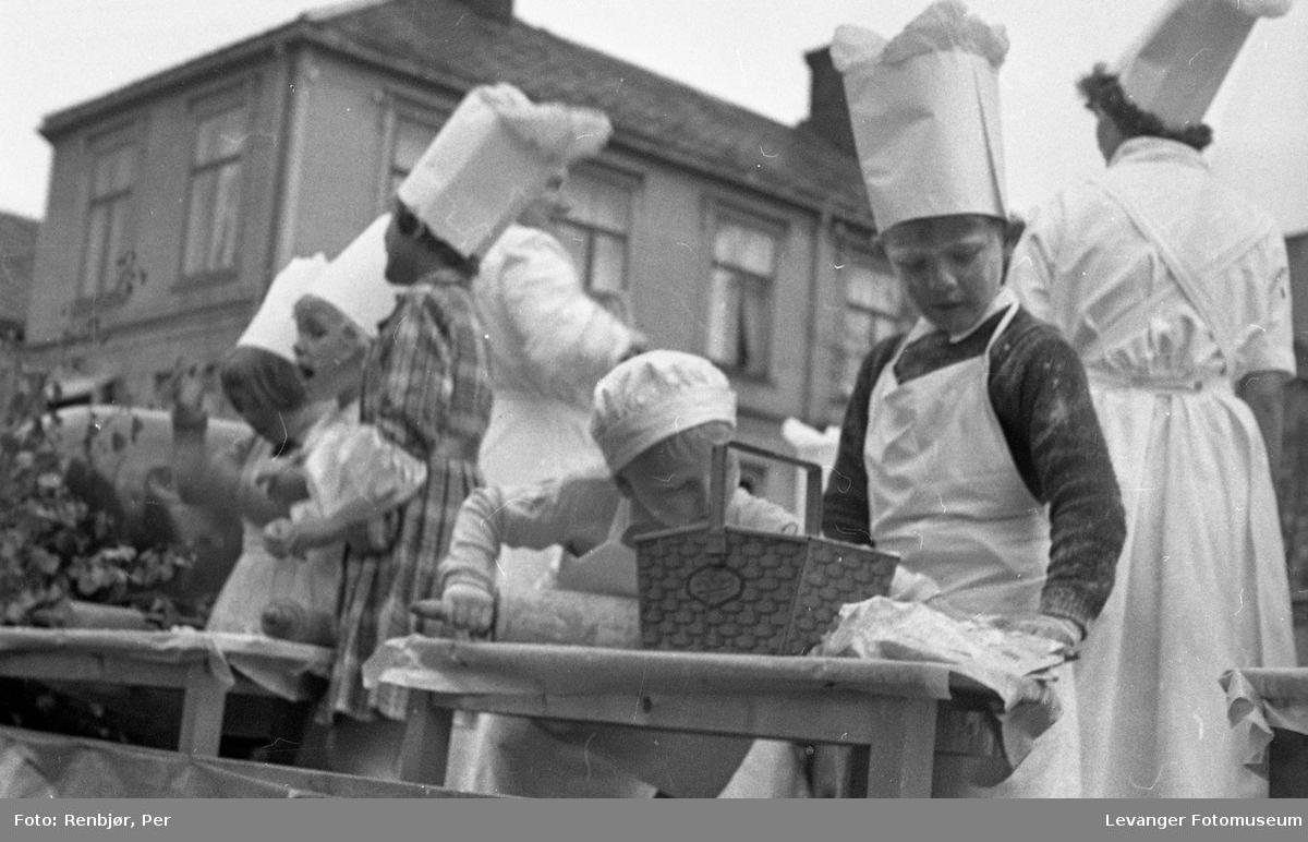 Barnas dag, Levanger, jenter og gutter utkledde som bakere.